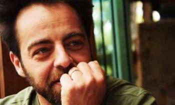 Ο Προμηθέας Αλειφερόπουλος βρέθηκε, ντυμένος τσολιάς, να παίζει σ' ένα άδειο ΡΕΞ, την ημέρα που συνελήφθη ο Λιγνάδης