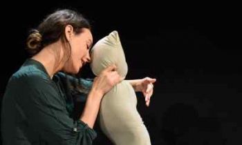 «Girls & Boys»: Η παράσταση του Dennis Kelly επιστρέφει για 12 μοναδικές παραστάσεις