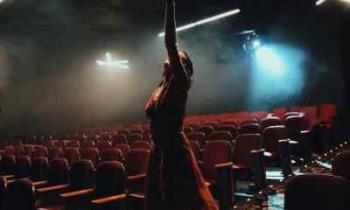 Τι ελπίζουμε να δούμε τη σεζόν 2021-2022 στα θέατρα της Αθήνας