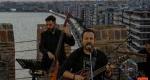 Ο Κώστας Μακεδόνας μας τραγουδά από τον Λευκό Πύργο